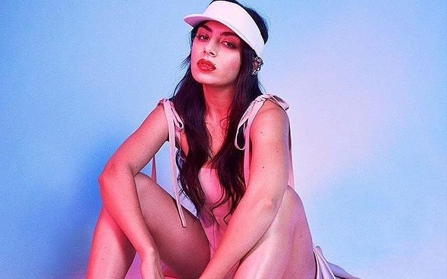 Charli XCX режисира видеото към новия си сингъл - Boys чарли xcx режисира видеото към сингъла boys