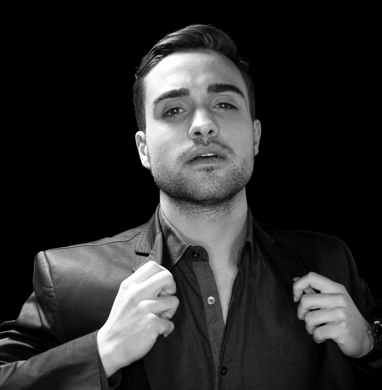 Българският Енрике Иглесиас - Митко Петров гостува в бар Sinatra Mitko Petrov posing for a photo