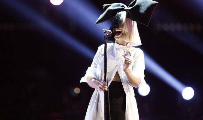 Sia надхитри анонимник с голи снимки... MMTV Online Sia performing on stage