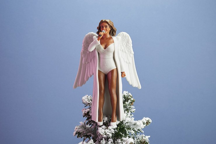 Бионсе кацва върху коледни елхи. MMTV Online Beyonce tree topper with wings by Women To Look Up To