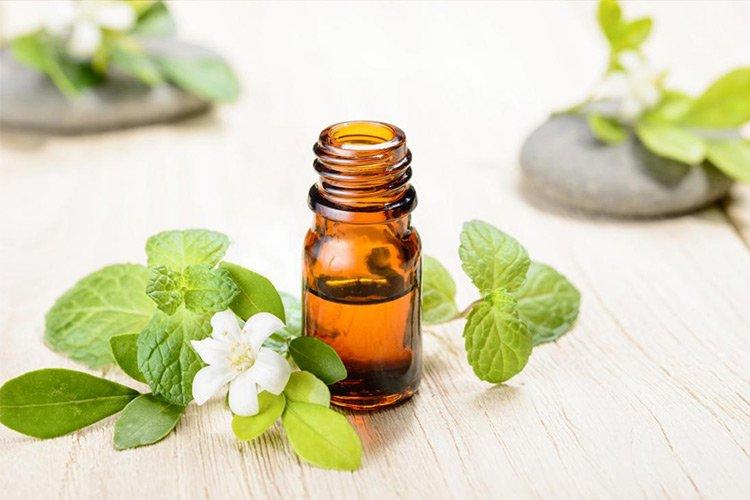 Миризмата на някои етерични масла е много отблъскваща за комарите. За едни от най-ефективните се смятат: лавандула, лимон, цитронела и здравец и мента.