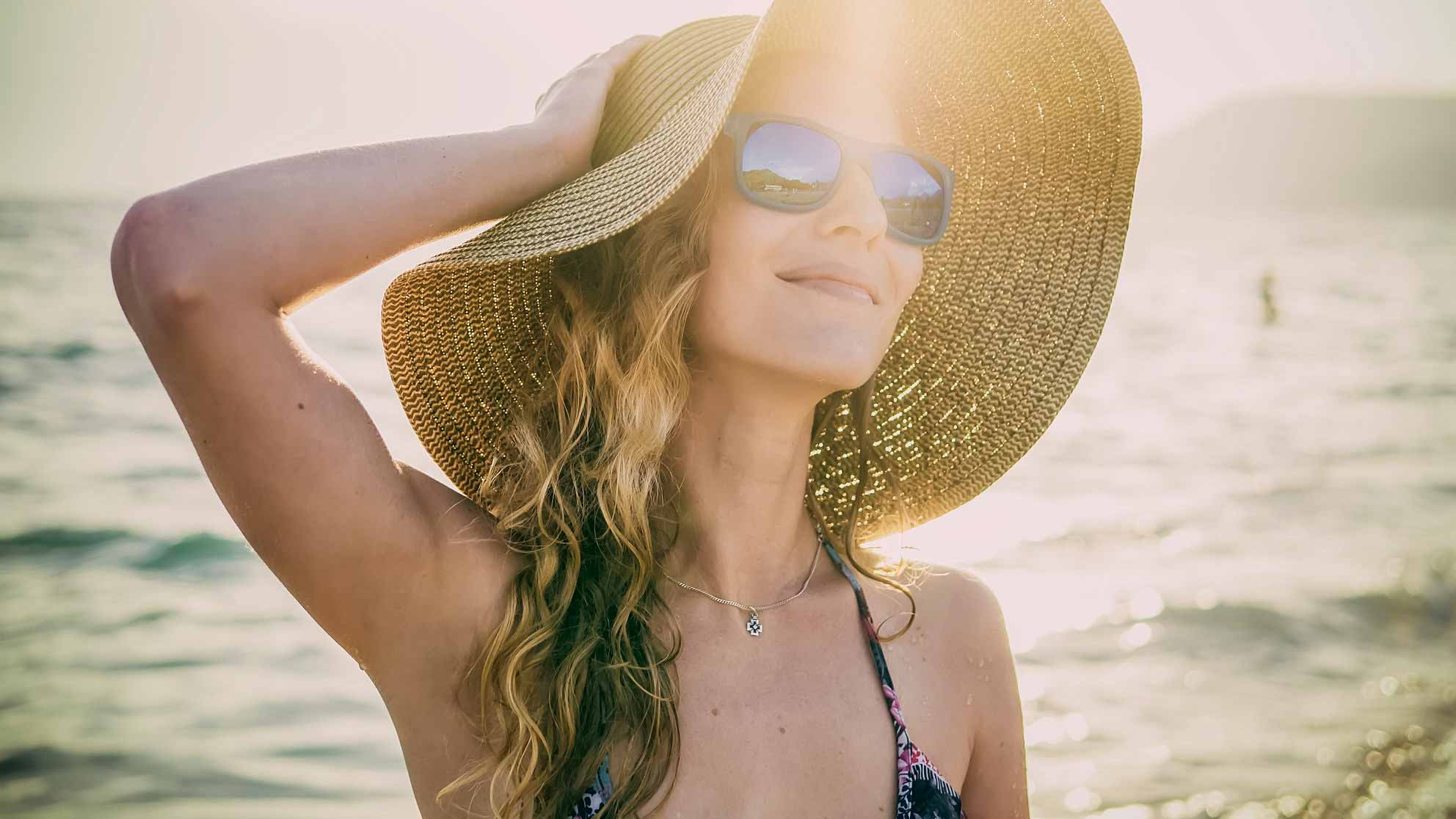 Шапката Може би най-важният аксесоар на плажа и най-доброто средство, с помощта на което да предотвратите вредното влияние на UV лъчите върху косата си.