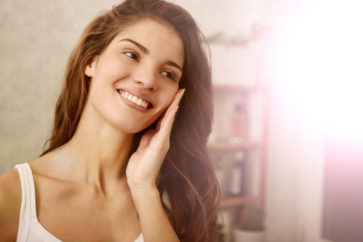 """Особено важно е кожата да се ексфолира през топлите и влажни месеци. Когато е под атаката на UV лъчите има вероятност от """"повреди"""" по цялостта ѝ и поява на малки несвършенства."""