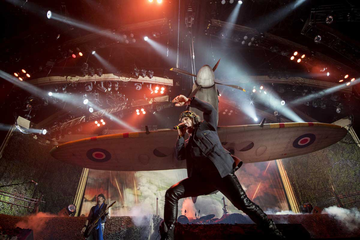 С разлика от 3-4 минути от обявения начален час под съпровода на Doctor, Doctor (UFO) и пеещата и набираща скорост публика избухнаха Iron Maiden