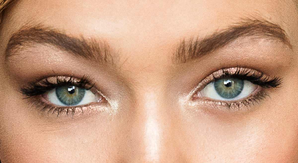 Използването на сенки за очи през лятото, особено на такива в телесни тонове с блястящи частици би направило погледа ви изкрящ и загадъчен.