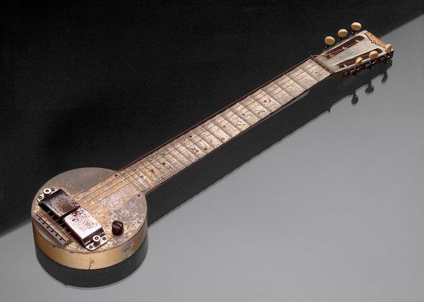 """The Rickenbacker """"Frying Pan"""" - """"Тиганът"""" е първата електрическа китара, произвеждана някога. Инструментът е създаден през 1931г. от George Beauchamp и впоследствие е произведен от Rickenbacker Electro."""