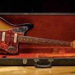 Първоначално предназначена да бъде наследник на Fender Stratocaster, Jaguar се оказва червенокосото доведено дете на Fender.
