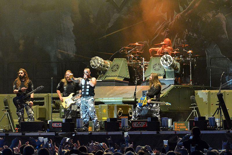 Друго което ни направи впечатление бе танкът (с лого на Yamaha) на, който бе качен барабанистът. Зачудихме се от кога Yamaha правят танкове???