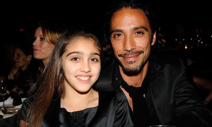 Carlos Leon, танцьор. Бащата на дъщеря ѝ Лурдес е личния треньор на Мадона, с когото тя започва връзка през 1994г.