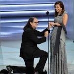 Предложението за брак на режисьора Glen Weiss (Глен Уайс) към приятелката му открадна вниманието от призьорите на 70-ата церемония.