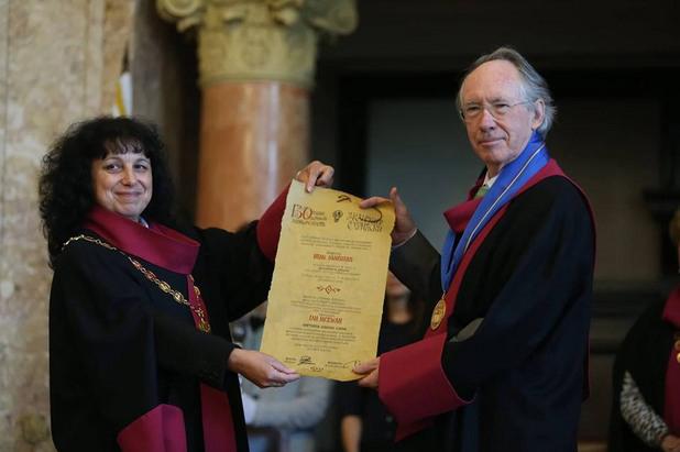 """Часове по-рано, на тържествена церемония в Аулата на Ректората, Макюън беше удостоен с почетното звание """"Доктор хонорис кауза"""""""