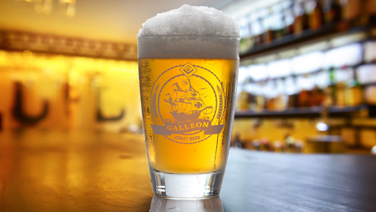 Освен вкусното хапване в BEERBOX може да опитате и над 100 вида бира. Ресторанта предлага и Galleon – пейлейл собствено производство.