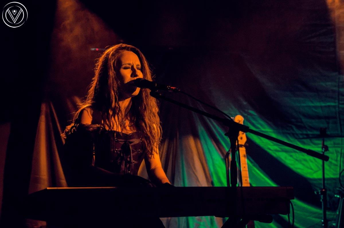 """Светлана Близнакова откри с изпълнение на пиано на дебютния сингъл на групата – """"Can't Stand the Pain""""."""