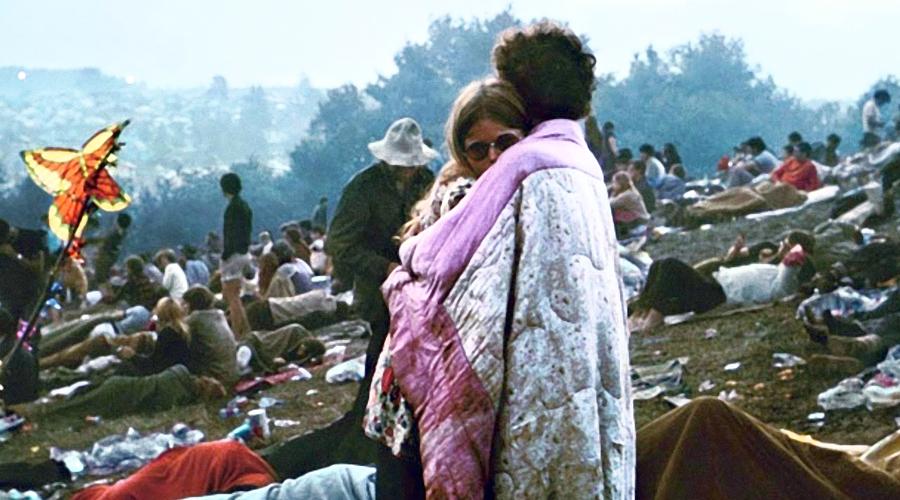 Woodstock 50 ще се проведе в три поредни дни през август 2019 г. woodstock-1969-couple-holding-each-other