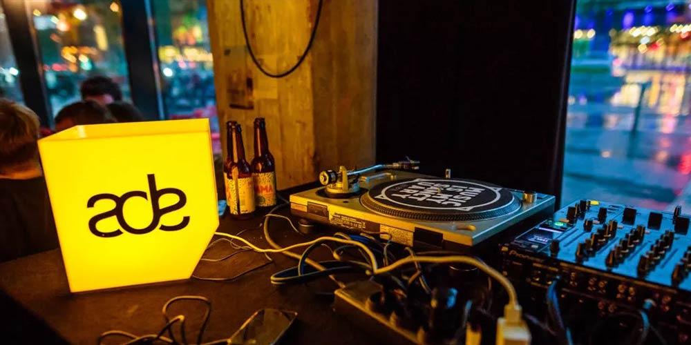 Освен популярните събития с местни холандски и международни участници, има засилен интерес към конференцията ADE Sound Lab, както и към културните прояви, концертите с електронна музика на живо