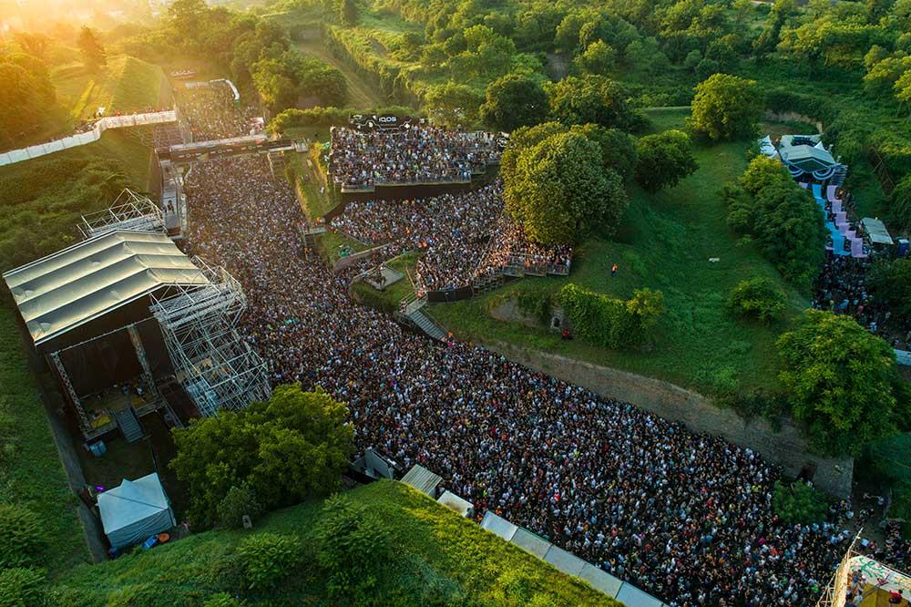 На 4 ти юли 56 000 души посетиха първия ден на престижния музикален фестивал в съседна Сърбия, за да чуят техни рок величества The Cure, следвани от цяла плеяда звездни участници