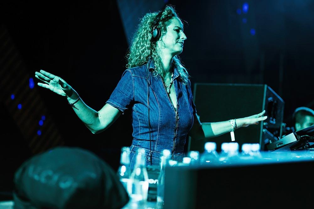 По същото време на култовата DANCE Arena, своят сет представи най-известната жена DJ в света, германката Monika Kruse