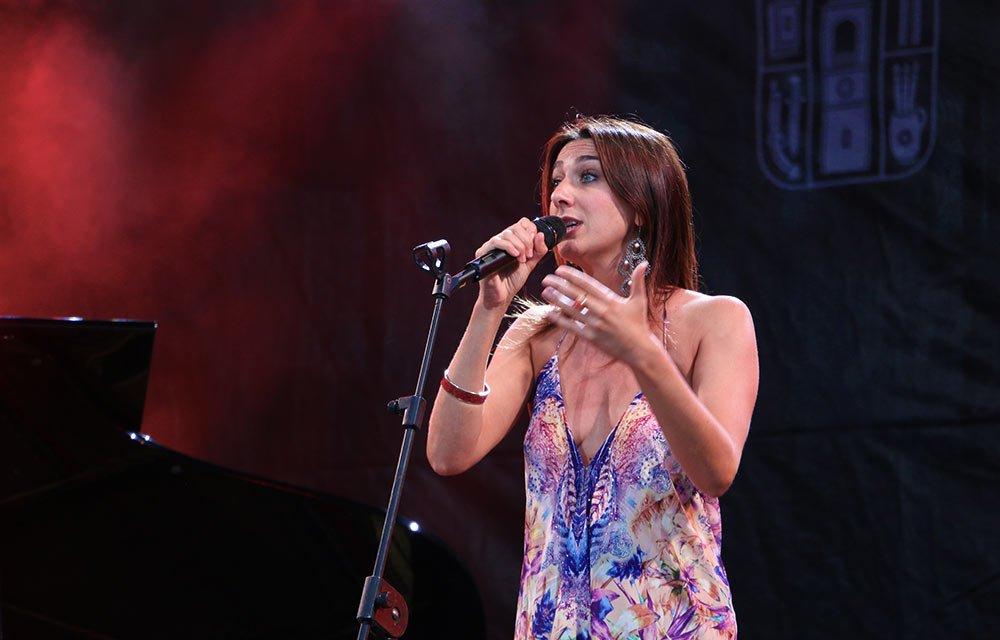 Сара Джейн Гиоти (Sara Jane Ghiotti) с музикантите си, гостува за първи път в Банско и си личеше колко много се вълнува.
