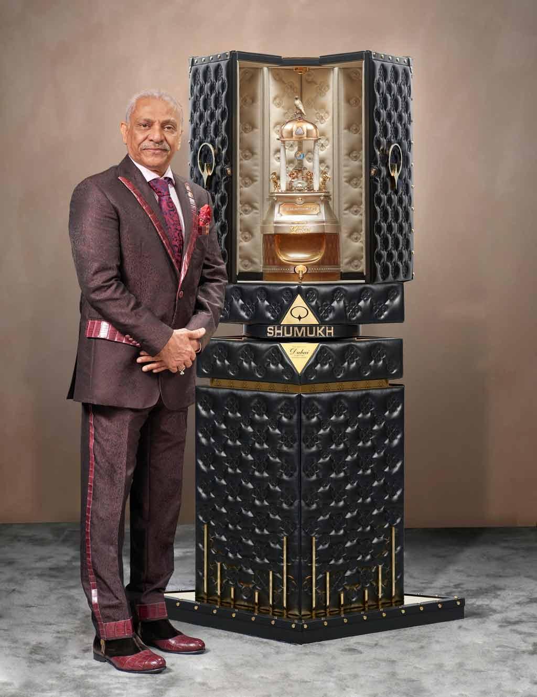 Парфюмът се казва Shamukh, на компанията Spirit Of Dubai Perfumes с унисекс аромат и с поставени 3571 диаманта на уникалната му бутилка.