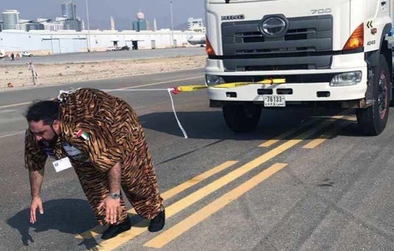 Махмуд Шамшун ал Араб, който през декември 2017 г. тегли с косата си камион, тежащ 10,380 кг.