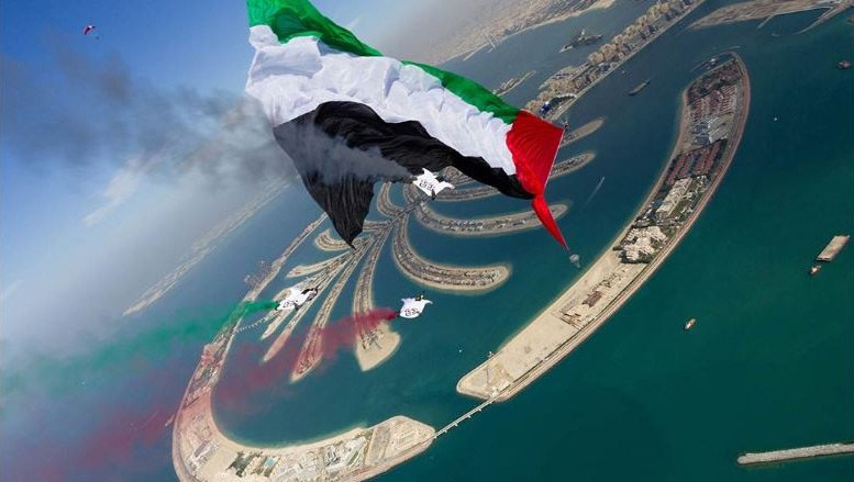 В Дубай е осъществен и следващият рекорд, проведен под зоркото око на представител на Гинес .По време на скок с парашут на височина 2895,6 метра е развят флага на Обединените Арабски Емирства с рекордна дължина от 4,885.65 квадратни метра