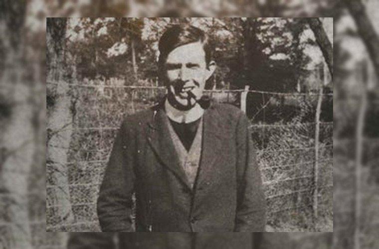 Роден е в Англия през 1891 г., но като дете баща му, който е пастор, мести семейството си в Кейптаун, Южна Африка.