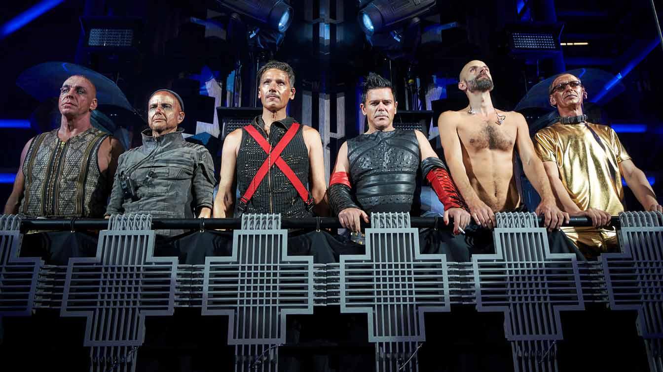 След като печелят аматьорски конкурс за групи Rammstein успяват да запишат демо и да го изпратят на звукозаписни компании като в последствие подписват с Motor Music.