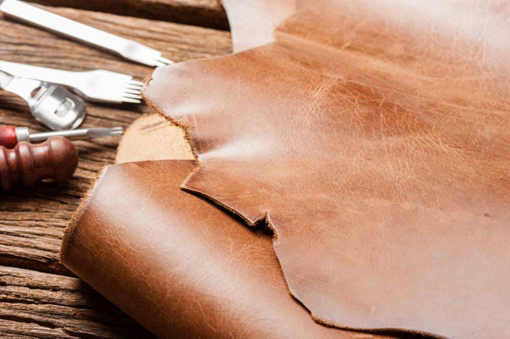 Производството на кожени облекла става предимно в малки частни работилници или оръжейни. А след това идва XX век, който носи със себе си безброй иновации.