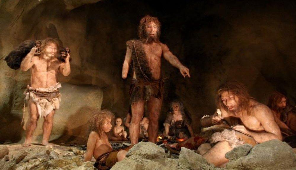 Пещерни рисунки от каменната ера показват ловци, облечени с кожи, като са намерени и множество инструменти за обработката им.