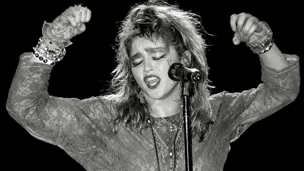Мадона продължава с танците, но всъщност гласът ѝ е това, което кара хората да извъртат глави след нея