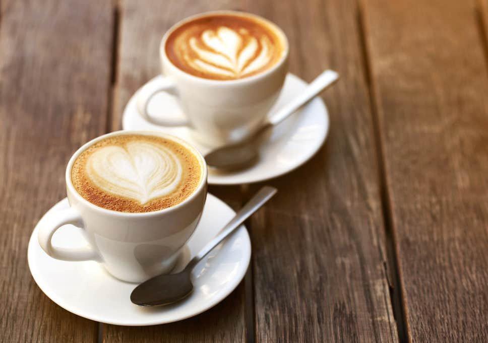 Кофеиновите и алкохолни напитки не само ни убодряват и развеселяват, но те изсмукват водата от клетките ни.