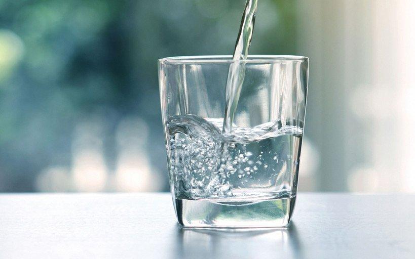 Прието е, че дневният прием на вода е 30-32 мл. на килограм от човешкото тегло.