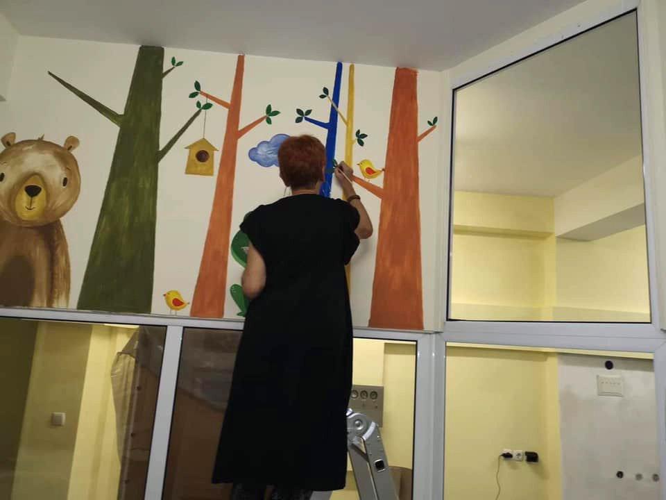 Няколко художници работят дни и дълги часове, за да изрисуват четирите стаи и болничния коридор