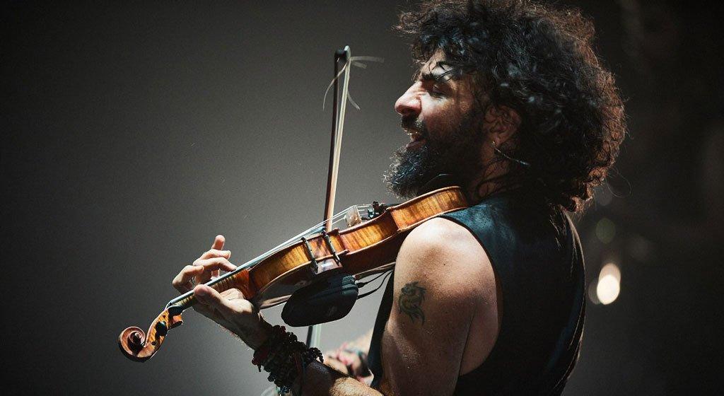 Роден на 14 септември 1968 година в Бейрут, Ливан, Ара от малък се учи да свири на цигулка под вещото ръководство на своя баща