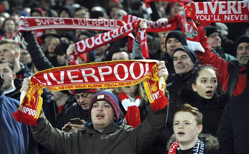 Фенове на Ливърпул пеят химна на отбора You'll never walk alone'