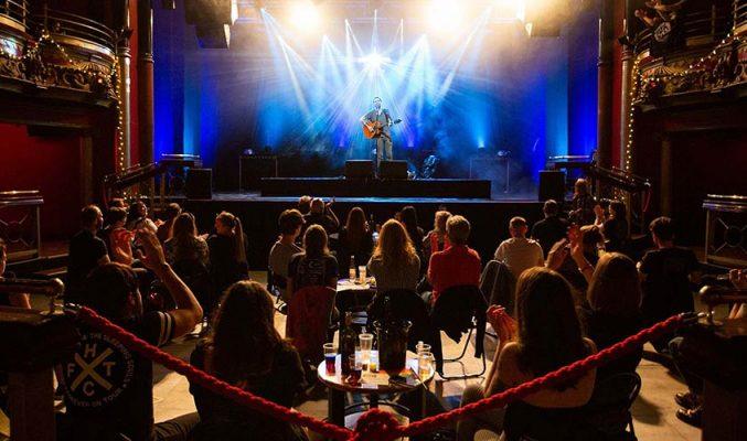 От денс Великобритания разрешава концертите на закрито